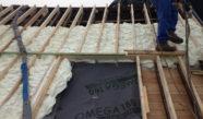 Isolation mousse d'une toiture en pente